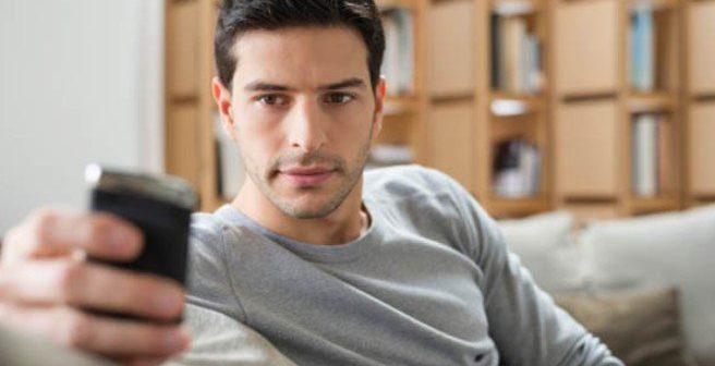Αν στέλνεις μηνύματα σε μια άλλη γυναίκα θεωρείται απιστία;